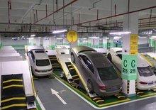 V Číně testují netradiční parkoviště. Díky zajímavému nápadu pobere mnohem víc aut